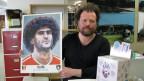Silvan Glanzmann mit einem Bildli in Grossformat.