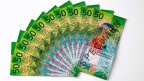Nun ist sie endlich da, die neue 50-Franken-Note, grünschillernd, dreilagig, mit Weltkugel, Alpengipfeln, einem Gleitschirmflieger und einer Pusteblume als Sujets.