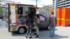 Zusammengepfercht auf einer Fläche von zwei Qudratmetern bedienen Ken Chey und ihre Nichte in ihrem «Sushi-Truck» die Kundschaft.