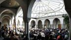 Moschee-Direktor Ahmed Beyari will die muslimische Gemeinschaft noch besser integrieren, auch in der Nachbarschaft wo die Moschee steht, er ist sich aber auch bewusst, wie schwierig es ist, die Einstellung aller genau zu kontrollieren - denn gerade im internationalen Genf ist die Gemeinschaft sehr vielfältig.