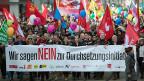 Nicht junge Politabstinente haben im Wesentlichen zum Nein zur Durchsetzungs-Initiative geführt, sondern vielmehr Menschen, die von sich selber behaupten, jedes Mal an einer Abstimmung teilzunehmen. Demonstration der Gegenerinnen und Gegner am 6. Februar 2016 in Zürich.