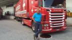 Peter Schöni, der Patron von Schöni Transport AG, vor einem Lastwagen.