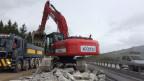 Die A6 wird komplett erneuert. Ein Bagger verlädt den Schutt aus Beton und Metall auf die wartenden Lastwagen.