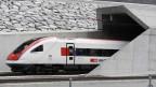 Der erste Zug fährt in den Gotthard-Basistunnel am Nordportal in Erstfeld.
