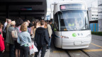 Pendler warten auf die Ersatztransportmittel wegen einer Bahnstörung der SBB am Bahnhof Glattbrugg.