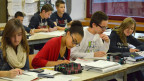 Die Schülerinnen und Schüler müssen gemischt sitzen; d.h. kein Deutschschweizer neben einer Deutschschweizerin.