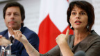 Bundesrätin Doris Leuthard (rechts) spricht an der Seite von Philipp Metzger, Direktor BAKOM.