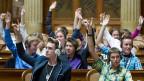 Im Rahmen des Projekts «Schulen nach Bern» stimmen Schülerinnen und Schüler nach einer Debatte im Bundeshaus ab.