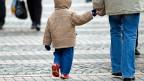 Eine geschiedene Mutter darf mit ihren Kindern nach Österreich ziehen – obwohl auch der Vater das Sorgerecht hat.