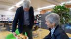 Freundlicher Empfang im Lehrerzimmer: Schulleiter und Mathematiklehrer Hans-Ulrich Giger bietet Jürg Brühlmann Gipfeli an.