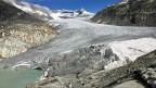 In bloss 30 Jahren ist der Rhônegletscher 70 Meter dünner und mehre hundert Meter kürzer geworden –und er schmilzt immer schneller. Im Moment verliert er vier bis fünf Meter Eisdicke pro Jahr.