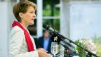 Justizministerin Simonetta Sommaruga spricht auf ihrem traditionellen Sommerspaziergang zu Medienschaffenden. Im Juli sind in der Schweiz rund 2500 Asylgesuche eingereicht worden, sechs Prozent mehr als im Juni, aber 36 Prozent weniger als im Juli vor einem Jahr.
