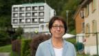 Die Urner Regierungsrätin Barbara Bär vor dem früheren Hotel Löwen in Seelisberg, wo die Asylunterkunft geplant war.