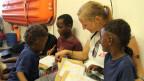 Antonia Zemp, Pflegefachfrau auf MSF-Rettungsboot, mit Flüchtlingskindern. © MSF.