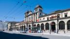 Während in der Stadt Zürich der Anteil der Sozialhilfeempfänger rückläufig ist, ist er in Winterthur angestiegen. Bild: Stadt Bahnhofsgebäude und das Stadttor-Gebäude (links) in Winterthur.
