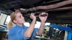 Automobil-Assistenten und Automobil-Assistentinnen erledigen einfache Reparaturen an Fahrzeugen. Das Berufsattest EBA ermöglicht einen Einstieg ins zweite Lehrjahr als Automobil-Fachmann/-frau EFZ.