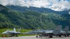 Die Bergung des am Sustenpass abgestürzten Kampfjets dürfte schwierig werden – und vom Piloten fehlt noch immer jede Spur. Bild: F/A-18-Kampfjets auf dem Militärflugplatz in Meiringen.