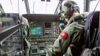 Die Blackbox des Unfallflugzeugs wurde bislang nicht gefunden. Die Untersuchungsbehörden versuchen, den Flugverlauf anhand anderer Daten zu rekonstruieren. Bild: Ein Militärpilot auf dem Flug zur Unfallstelle.