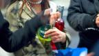 Wenn Mädchen zu viel trinken, dann finden das viele peinlich. Wenn Jungen dagegen viel Alkohol vertragen, dann gelten sie als harte Kerle.