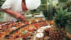 In Schweizer Hotelküchen werden sehr viele Nahrungsmittel weggeworfen. Mit einer Kampagne sollen Angestellte für dieses Thema sensibilisiert werden.
