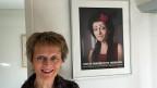 Eveline Widmer-Schlumpf steht vor dem Portrait, das sie als Punkerin zeigt.
