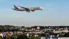 Flugzeug über einem Wohngebiet in der Nähe des Flughafens Kloten.