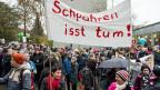 Die bürgerlichen Politiker zeigten sich unbeeindruckt vom Grossaufmarsch in Aarau. Die SVP forderte danach, dass man den demonstrierenden Lehrkräften für ihren Widerstand eine Woche Ferien streichen möge.
