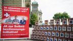 Kisten mit gesammelten Unterschriften der SVP-«Selbstbestimmungsinitiative» stehen am 12. August 2016 vor dem Bundeshaus.