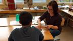 Die angehende Lehrerin Laura Graf hat erst fünf Förderstunden abgehalten mit dem 12-jährigen Flüchtingsjungen Khaled aus Syrien. Verständigungsprobleme haben die beiden nicht.