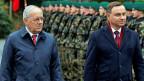 Bundespräsident Schneider Ammann und der polnische Präsident Duda passieren im Lohn in Kehrsatz die Ehrengarde.