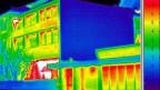 Eine breite Allianz von den Grünen bis zur FDP unterstützt die Abgabe auf Heizöl und Erdgas; sie würde auch dem sorgt auch für volle Auftragsbücher im lokalen Baugewerbe volle Auftragsbücher bescheren – etwa Firmen, die auf die energetische Sanierung von Fenstern spezialisiert sind. Die Infrarotaufnahme zeigt in Rot den Wärmeverlust bei den Fenstern.