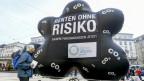Eine aufblasbare schwarze Dreckwolke mit der Aufschrift: Renten ohne Risiko, Saubere Pensionskassen jetzt!