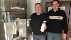 Der Erfinder des Milchautomaten, Alfred Bruni, und der Milchbauer Christian Zeller stehen neben dem «Brunimat».