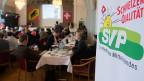 Wie aus einer unmissverständlichen Volks-Intiative unter der Federführung der FDP ein sogenannter Inländer-Vorrang wurde. Volkspartei-Mann Schlup aus Aarberg ist mehr als nur enttäuscht von den Freisinnigen. Bild: SVP-Mitglieder warten am 9. Februar 2014 in der Krone Aarberg auf das Abstimmungsresultat.