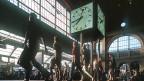 Reisende passieren die grosse Halle im Zürcher Hauptbahnhof. Wer einen Valora-Kiosk besucht und ein Smartphone mit sich trägt, wird dabei verfolgt.