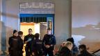 Polizisten sichern den Bereich vor der Moschee in der Nähe der Zürcher Hauptbahnhofs.