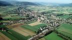 Das Dorf Möhlin im Aargauer Fricktal aus der Luft. Die Kapellen «Frozza» und «Melina» sind im Bild- und Tonarchiv von Möhlin ebenso verewigt wie «Crazy Men» oder die Aufführungen des Lehrertheaters, Fasnachtsumzüge oder 1.-August-Paraden. Herzstück der Sammlung sind aber die Möhlin-Filme des langjährigen Dorfarztes und Künstlers Ueli Sager. Er hat 2002 das Bild- und Tonarchiv gegründet.
