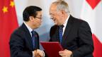 Händedruck nach der Unterzeichnung von Vereinbarungen: Chinas Handelsminister Geo Hucheng und Wirtschaftsminister Johann Schneider-Ammann.