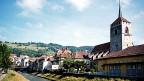 Moudon hat sich in den letzten Jahren stark verändert. Die Bevölkerung ist von gut 4000 auf knapp 6000 Personen angewachsen. Zugezogen sind vor allem Leute aus unteren sozialen Schichten, die im gut 20 Minuten entfernten Lausanne und der Genferseeregion arbeiten und sich die Wohnungsmieten dort nicht leisten können.