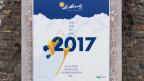 Ein Plakat wirbt am Bahnhof St. Moritz für die Ski-WM 2017.