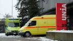 Vor dem Sitz der UNIA in Bern warten die beladenen gelben Krankenwagen. Die Gewerkschaft und der Verein «Solidarität mit Griechenland» haben zwei solche Fahrzeuge gekauft – für die Flüchtlingslager in Griechenland.