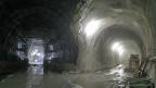 Im Herzen des Ceneri-Basistunnels: Links der Tunnel durch den der Schienenweg führen wird, rechts ein Versorgungs-Stollen.