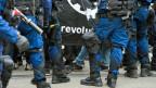 Symbolbild. Berner Polizei an einer Demonstration.