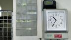 Einig ist der Gewerkschafter mit den Arbeitgebern, wenn es um die leichte Lockerung geht, die seit dem letztem Jahr gilt: Diese habe sich bewährt, sagt er. Bild: Elektronische Stempeluhr in einem KMU im Kanton Aargau.