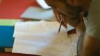 Ein Asylsuchender beim Erlernen der deutschen Sprache.