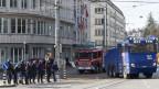 Die Hausbesetzerszene besetzt die Strassen rund um das geräumte und von der Polizei bewachte Haus an der Effingerstrasse in Bern.