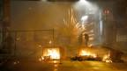 Linksautonome setzen Container in Brand und zünden Feuerwerk. Dabei nehmen sie in Kauf, dass unbeteiligte verletzt werden. Bern im März 2016. Symbolbild.