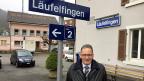 In Läufelfingen steht Gemeindepräsident Dieter Forter vor dem Bahnhof. Er ist es längst gewohnt, dass alle mit dem Sparfinger aufs «Läufelfingerli» zeigen. Doch mit der Stillegung der Bahnstrecke werde gar nichts gespart, sagt der FDP-Mann.