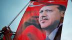 Die Presse in der Schweiz und überhaupt in Europa, zeige ein verzerrtes Bild der Türkei, sagt  die 27-jährige nationalistische Türkin im Beitrag.