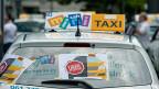 Wenn Taxifahrer nur 15 Franken pro Stunde verdienen - was macht denn Taxifahren so teuer? Verdienen die Taxizentralen zu viel? Tatsache ist, dass ein Fahrer monatlich 1000 Franken abliefern muss, damit die Zentrale ihm Kunden vermittelt.